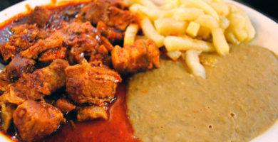 Tacos de chicharrón en salsa roja