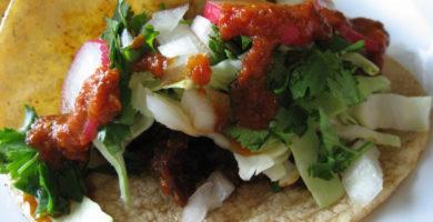 Tacos de res con salsa de chile
