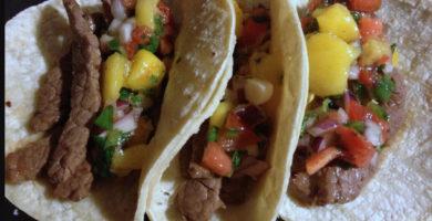 Tacos de res con salsa de mango